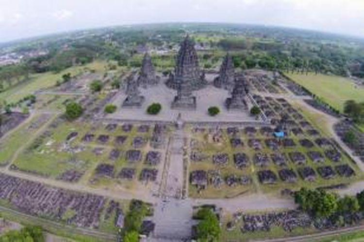 Candi Prambanan, Sleman, Yogyakarta, difoto dari udara menggunakan drone atau sistem pesawat tanpa awak, Jumat (27/6/2014).
