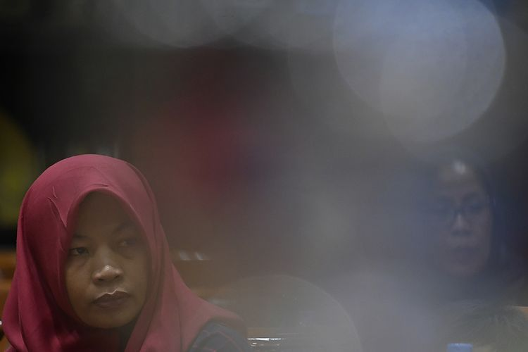 Terpidana kasus pelanggaran Undang-Undang Transaksi dan Informasi Elektronik (UU ITE), Baiq Nuril Maknun  menyimak rapat pleno Komisi III DPR terkait surat persetujuan amnesti di Kompleks Parlemen Senayan, Jakarta, Selasa (23/7/2019). Rapat pleno tersebut untuk meminta tanggapan dari para fraksi terkait surat permohonan pertimbangan amnesti untuk Baiq Nuril dari Presiden Joko Widodo.