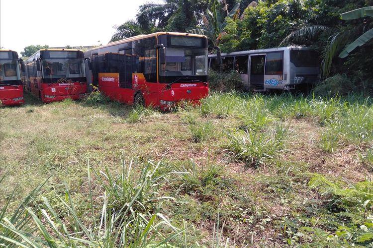 Puluhan bus Transjakarta tidak terpakai di Perum Pengangkutan Penumpang Djakarta (PPD) Ciputat, Tangerang Selatan, Banten, Kamis (25/7/2019)