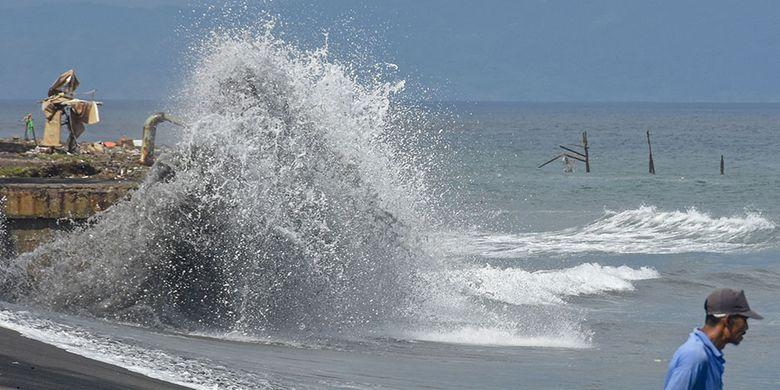 Warga berdiri di pinggiran pantai Ampenan saat terjadi gelombang tinggi di sepanjang pesisir pantai Ampenan, Mataram, NTB, Rabu (27/5/2020). Menurut keterangan sejumlah nelayan di daerah tersebut gelombang tinggi terjadi sejak  26 Mei 2020 (pukul 03.00 Wita) yang mengakibatkan banjir rob dan sejumlah perahu nelayan rusak diterjang gelombang di Lingkungan Pondok Perasi dan Kampung Bugis.ANTARA FOTO/Ahmad Subaidi/aww.