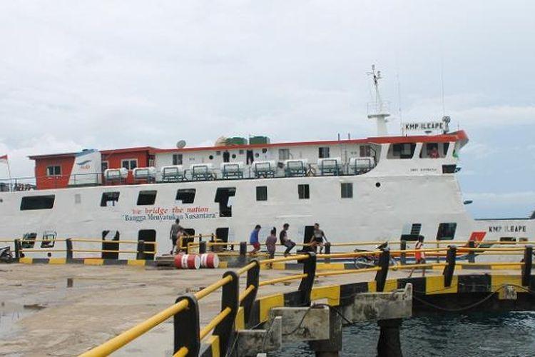 KMP Ile Ape milik PT Angkutan Sungai Danau dan Penyeberangan (ASDP) Fery Cabang Kupang, Nusa Tenggara Timur (NTT) menjadi satu-satunya Ferry yang sandar di dermaga pelabuhan Bolok Kupang, sementara lima Ferry lainnya lego jangkar di Pulau Semau, Jumat (2/1/2015)