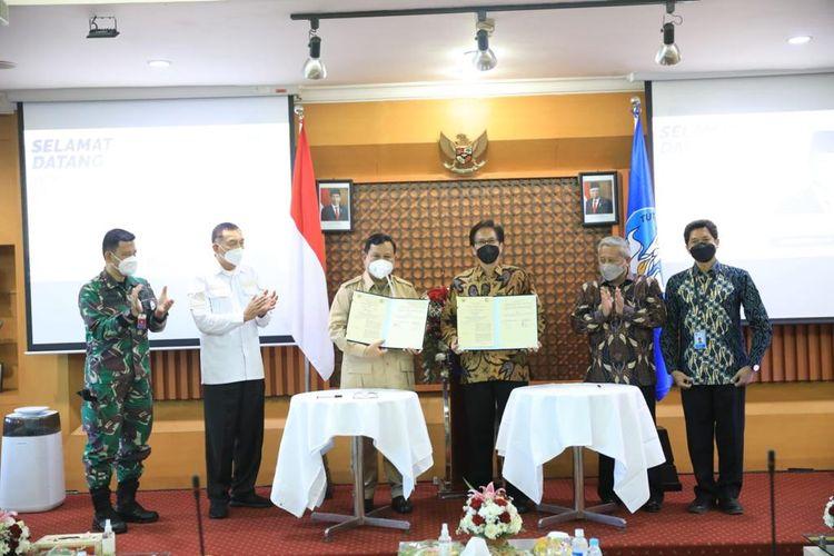 Menteri Pertahanan Prabowo Subianto saat melaksanakan kunjungan kerja ke  Universitas Airlangga (Unair) dan Institut Teknologi Sepuluh Nopember (ITS) sekaligus menyaksikan penandatanganan nota kesepahaman antara Kementerian Pertahanan (Kemhan) dengan kedua Perguruan Tinggi tersebut di Surabaya, Jawa Timur, Senin (6/9/2021).