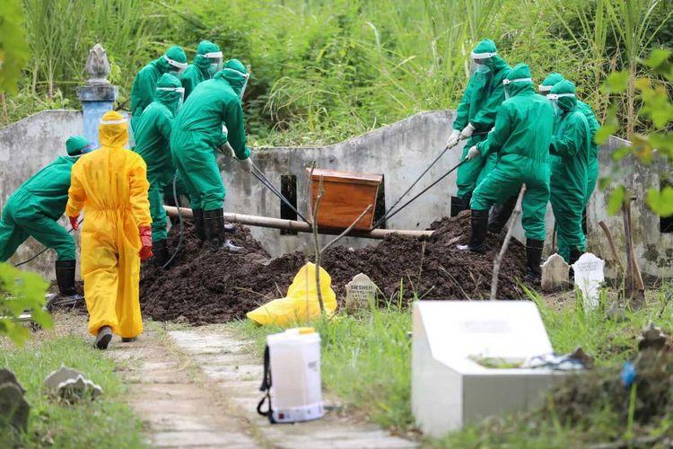 DIMAKAMKAN—Nampak petugas akan memasukan peti jenazah korban berinisial A yang meninggal berstatus pasien dalam pegawasan Covid-19 setelah dirawat beberapa hari di RSUD dr. Soedono Madiun, Rabu (29/4/2020) siang.