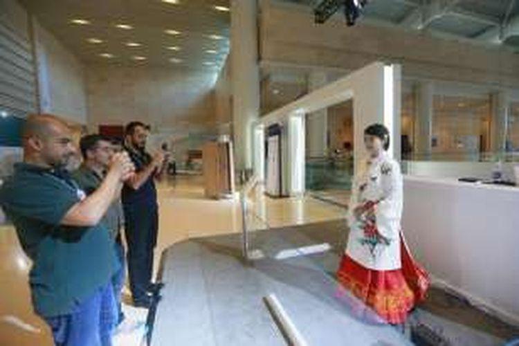 Para pengunjung bergantian mengabadikan foto robot cantik ini.