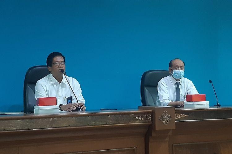 Rektor UNS Solo, Jamal Wiwoho beserta jajaran dalam konferensi pers pengumuman hasil SBMPTN tahun 2021 di Solo, Jawa Tengah, Senin (14/6/2021).