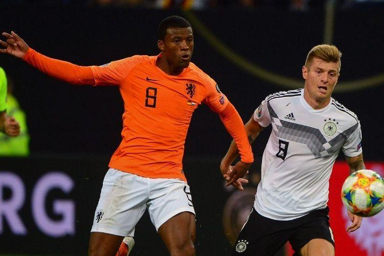 Toni Kroos (kanan) dan Georginio Wijnaldum berebutan bola pada pertandingan Jerman vs Belanda dalam kualifikasi Euro 2020 di Volksparkstadion, 6 September 2019.
