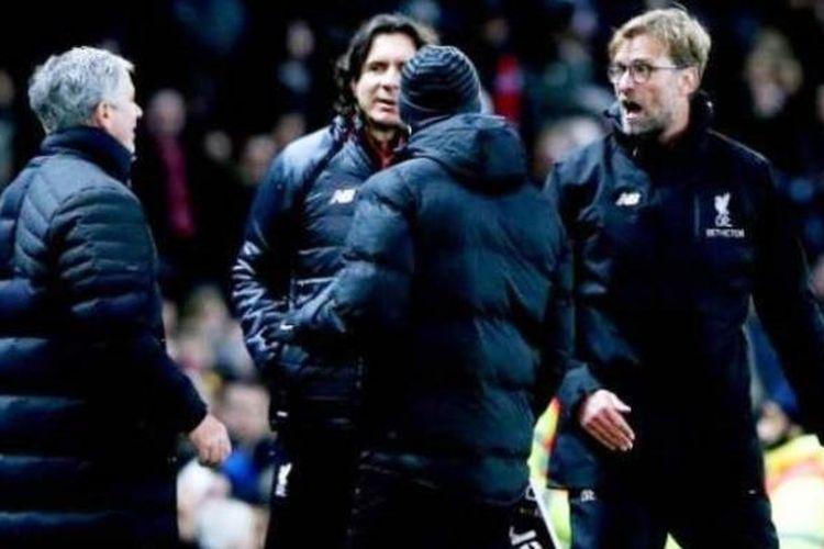 Manajer Manchester United, Jose Mourinho, dan bos Liverpool, Juergen Klopp, bersitegang saat kedua tim bertemu pada pertandingan lanjutan Premier League, Minggu (15/1/2017).