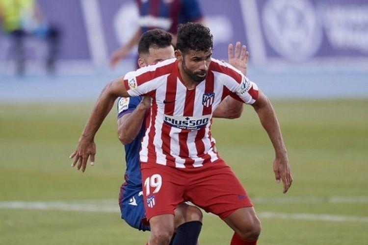 Diego Costa mencoba menguasai bola dalam laga Levante vs Atletico Madrid pada lanjutan Liga Spanyol pekan ke-31 yang digelar di Stadion Olimpic Camilo Cano, Rabu (24/6/2020) dini hari WIB.