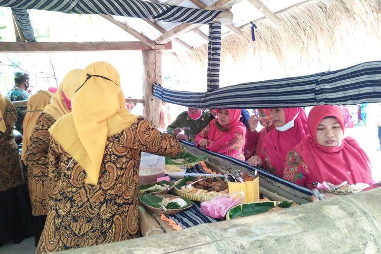 Wisatawan yang datang tengah mengambil makanan pecel di Kampoeng Pecel, Agrowisata Lereng Katresnan Mojorejo, Klaten, Jawa Tengah.