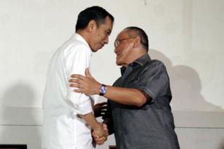 Presiden terpilih, Joko Widodo (Jokowi) bersama Ketua Umum Partai Golkar, Aburizal Bakrie saat berbicara kepada wartawan usai melakukan pertemuan di Jakarta Pusat, Selasa (14/10/2014). Pertemuan ini merupakan bagian dari safari politik Jokowi yang menggelar komunikasi dengan sejumlah ketua umum partai politik.