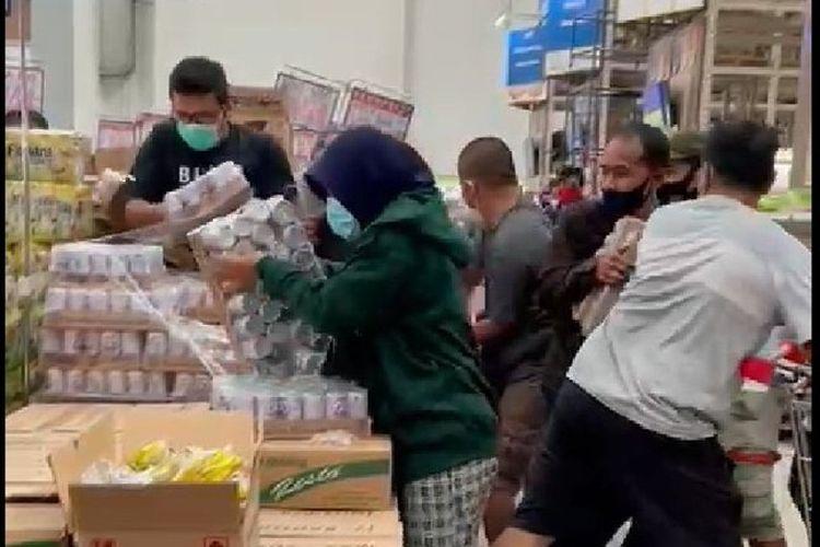Tangkapan layar video saat sejumlah pembeli berebut tumpukan susu beruang di supermarket.
