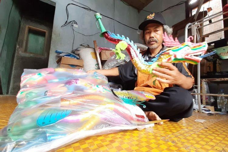 Sudarmo menunjukkan terompet buatannya di rumahnya di Kecamatan Ajibarang, Kabupaten Banyumas, Jawa Tengah.