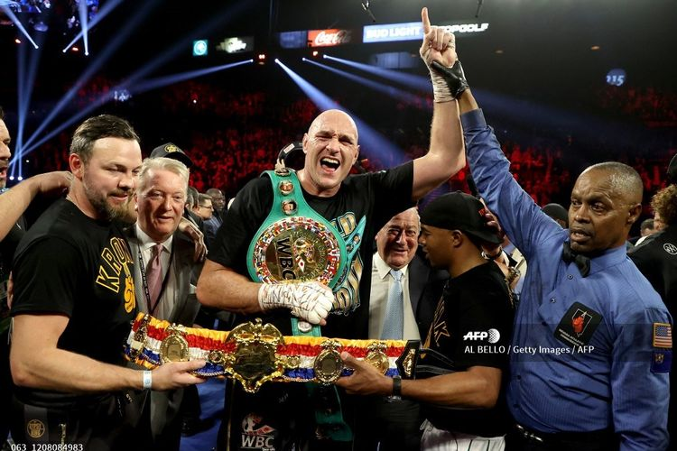 Petinju asal Inggris, Tyson Fury, merayakan kemenangan TKO pada ronde ketujuh lawan Deontay Wilder pada laga perebutan gelar Sabuk Juara WBC dan Lineal pada 22 Februari 2020 di MGM Grand Garden Arena, Las Vegas, Nevada.