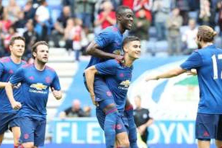 Para pemain Manchester United merayakan gol ke gawang Wigan, dalam laga persahabatan di Stadion DW, Sabtu (16/7/2016).