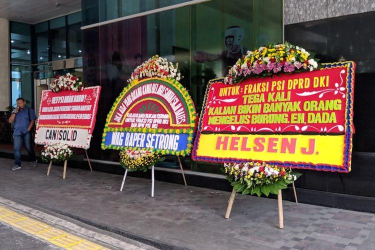 Karangan bunga bentuk dukungan terhadap DPRD DKI JAKARTA Fraksi PSI berjejer di Gedung DPRD DKI Jakarta, Jl Kebon Sirih No. 18, Jakarta Pusat, Senin (4/11/2019).