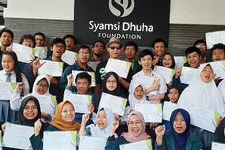 Syamsi Dhuha Foundation (SDF) menyalurkan beasiswa lebih dari Rp200 juta di masa pandemi Covid-19. Beasiswa ini diberikan kepada 19 mahasiswa atau pelajar umum, serta 29 mahasiwa atau pelajar penyandang difabel netra dan autoimun.