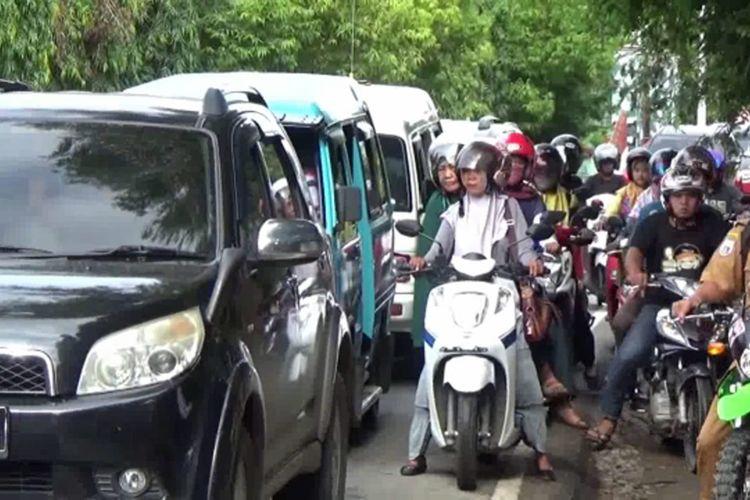 Mobil Tumbangkan Pohon Hingga Terguling di Jalan Raya, Trans Sulawesi Macet 2 Kilometer