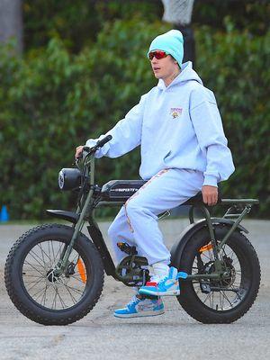 Justin Bieber bersepeda sambil mengenakan Off White - Air Jordan langka.