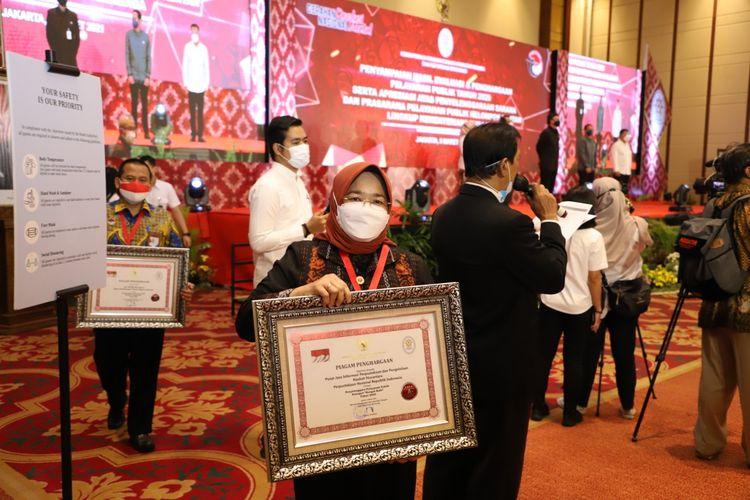 Perpusnas melalui Pusat Jasa Informasi Perpustakaan dan Pengelolaan Naskah Nusantara meraih penghargaan sebagai penyelenggara pelayanan publik kategori ?Sangat Baik? Tahun 2020 dari Kementerian Pendayagunaan Aparatur Negara dan Reformasi Birokrasi (PANRB) pada Selasa (9/3/2021).