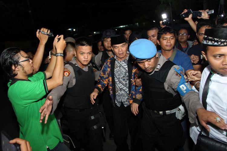 Petugas kepolisian menggiring Bupati Bengkulu Selatan Dirwan Mahmud (tengah) yang terjaring Operasi Tangkap Tangan (OTT) oleh Komisi Pemberantas Korupsi (KPK) saat tiba di Polda Bengkulu, Bengkulu, Selasa (15/5). KPK melakukan OTT terhadap Bupati Bengkulu Selatan Dirwan Mahmud di kediamannya di Jalan Gerak Alam, Manna, Bengkulu Selatan, pada pukul 19.20 Wib. Turut terjaring OTT, istri dari Dirwan Mahmud, Heni Dirwan, wiraswasta JU, dan WA dengan barang bukti uang sekitar Rp100 juta. ANTARA FOTO/David Muharmansyah/kye/18