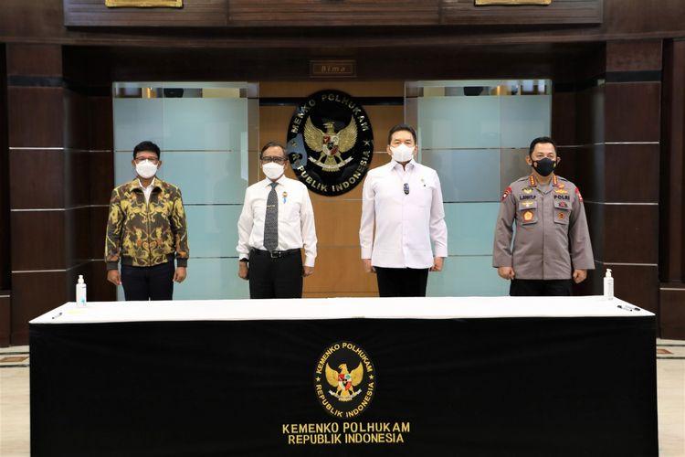 Menkominfo Johnny G Plate, Jaksa Agung ST Burhanuddin, dan Kapolri Jenderal Pol Listyo Sigit Prabowo menandatangani SKB tentang pedoman kriteria implementasi UU ITE di Kemenko Polhukam, Jakarta, Rabu (23/6/2021).