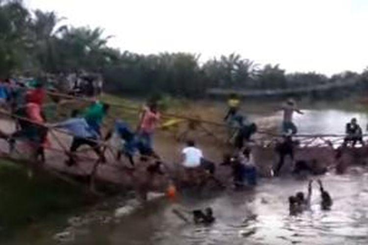 Video jembatan gantung yang ambruk di Aceh beredar di YouTube.
