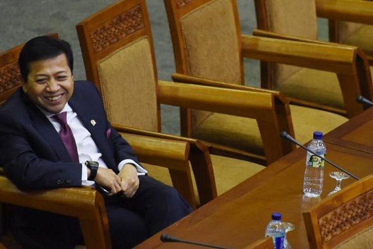Mantan Ketua DPR Setya Novanto mengikuti Rapat Paripurna ke-15 di Kompleks Parlemen Senayan, Jakarta, Jumat (18/12). Setelah resmi mudur dari jabatanya sebagai Ketua DPR, Setya Novanto mengikuti rapat paripurna sebagai anggota DPR.