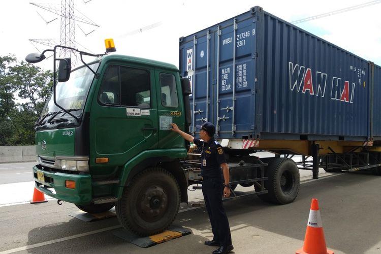 Pihak PT Jasa Marga (Persero) Tbk bekerja sama dengan instansi terkait mengadakan operasi kelebihan muatan bagi kendaraan dinjalan tol Jagorawi, Rabu (24/1/2018).
