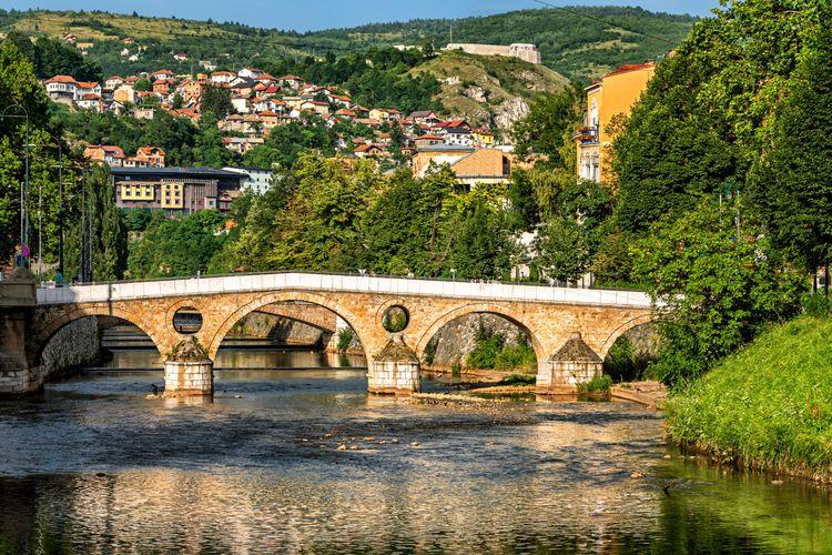Jembatan Latin, sebuah jembatan bersejarah dari masa Ottoman, membentang di atas Sungai Miljacka di Sarajevo, Bosnia and Herzegovina.