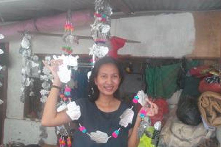Kreasi tirai pom-pom kreasi pelaku UKM di Bali yang diminati wisatawan mancanegara.