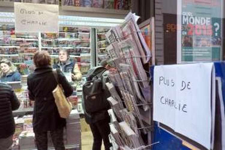 Sebuah toko surat kabar di Paris, Perancis memasang pengumuman yang menginformasikan majalah Charlie Hebdo edisi terbaru telah habis terjual. Meski sampul edisi terbarunya kembali menuai kontroversi, edisi perdana Charlie Hebdo pasca-penyerangan yang dicetak sebanyak 3 juta eksemplar laris manis di berbagai kota di Perancis.
