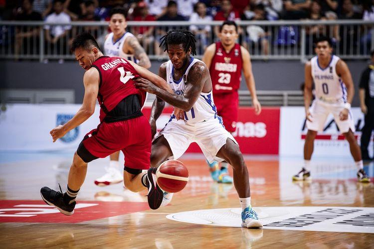 Pebasket Indonesia Abraham Damar Grahita (kiri) saat beradu dengan pebasket Filipina Christian Jaymar Perez (kanan) pada Kualifikasi FIBA Asia Cup 2021 di Mahaka Arena, Kelapa Gading, Jakarta Utara, Minggu (23/2/2020).