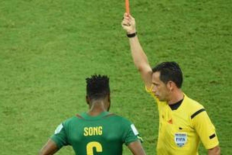 Alex Song dikartu merah wasit saat lawan Kroasia