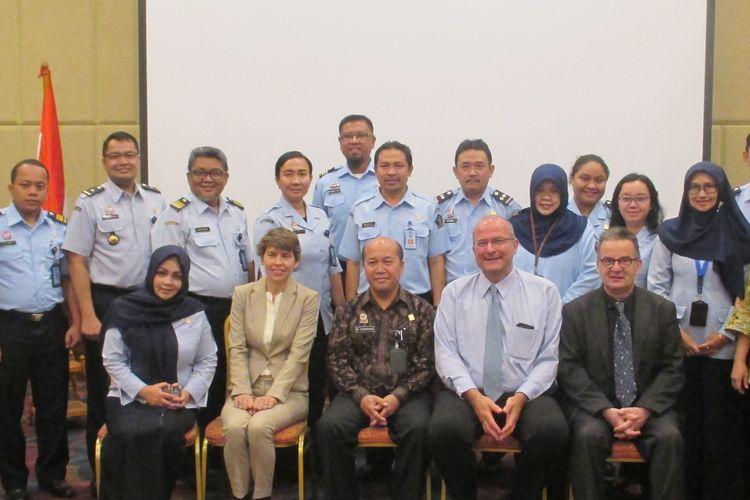 Direktur Nuffic Neso Indonesia, Peter van Tuijl, menyerahkan beasiswa Studeren in Nederland (Studi di Belanda) kepada Sekretaris Badan Pengembangan Sumber Daya Manusia (BPSDM) Kemenkumham, Hantor Situmorang, di Bogor, Senin (25/3/2019).