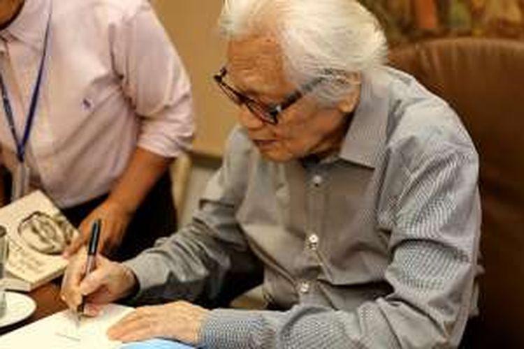 Pendiri Kompas Gramedia Jakob Oetama saat menandatangani buku di ruang kerjanya di Gedung Kompas Gramedia, Palmerah Selatan, Jakarta, Selasa (27/9/2016). Jakob Oetama, genap berusia 85 tahun pada hari ini.