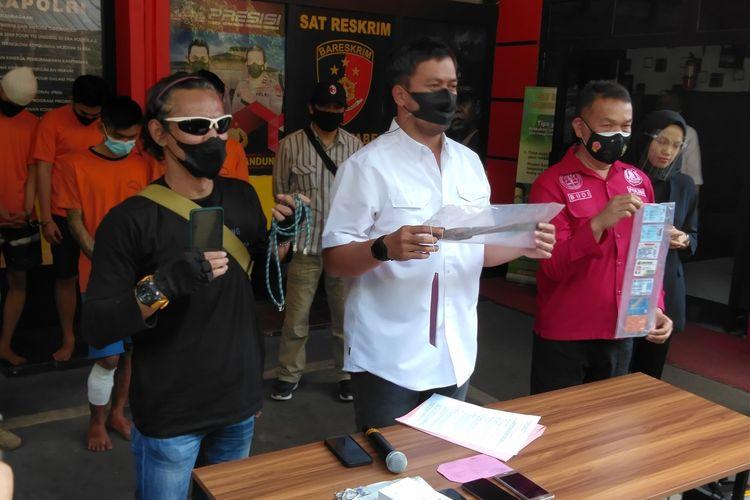 Kepala Satuan Reserse Kriminal Polisi Resort Kota Besar Bandung, Ajun Komisaris Besar Polisi Adanan Mangopang tengah memperlihatkan barang bukti pelaku yang telah membegal perawat di Bandung.