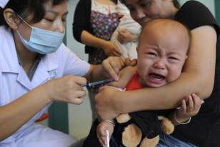 Seorang bayi di China tengah mendapatkan vaksinasi.