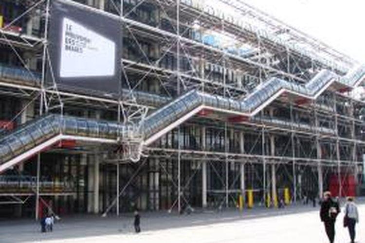 Center Pampidou, Paris, Perancis, merepresentasikan daya kejut sebuah karya arsitektur pada masa gejolak politik tahun 1960-an.