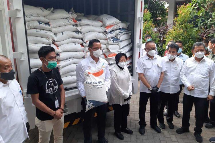 Mensos Juliari P Batubara (tengah) menyalurkan Bansos beras di Surabaya, Rabu (7/10/2020).