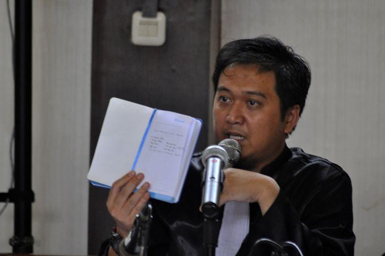 Jaksa Penuntut Umum (JPU) KPK Roy Riadi menunjukkan buku biru dalam sidang suap Bupati Muara Enim yang berlangsung di Pengadilan Negeri Kelas 1A Palembang, Selasa (26/11/2019).
