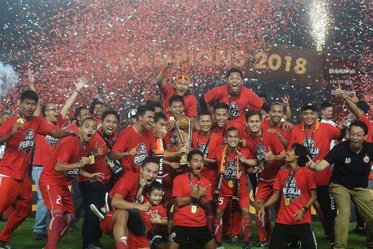 Sejumlah pemain Persija Jakarta meluapkan kegembiraannya usai laga final Piala Presiden melawan Bali United di Stadion Utama Gelora Bung Karno, Jakarta, Sabtu (17/2/2018). Persija berhasil menjadi juara setelah menang dengan skor 3-0.