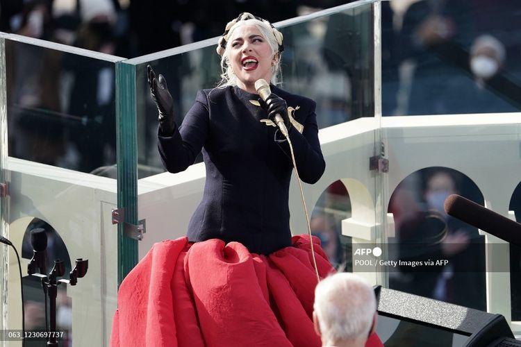 Lady Gaga menyanyikan lagu kebangsaan Amerika Serikat pada pelantikan Joe Biden sebagai Presiden AS ke-46 di Gedung Capitol, Washington DC, Rabu (20/1/2021).