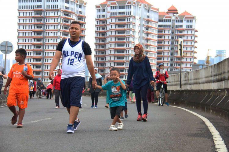 Suasana hari bebas kendaraan bermotor atau car free day (CFD) di jalan layang non tol (JLNT) Antasari, Jakarta, Minggu (14/01/2018). Kegiatan yang dinamakan Antasari Sky Sports ini berlangsung pada pukul 06.00-10.00 WIB.