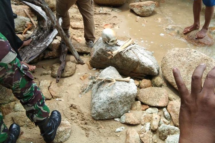 Kerangka manusia tanpa identitas yang ditemukan di pantai Pulau Asam, Kecamatan Meral Barat, Kabupaten Karimun, Kepulauan Riau telah diperiksa tim medis RSUD Muhammad Sani Karimun, Senin (7/10/2019).