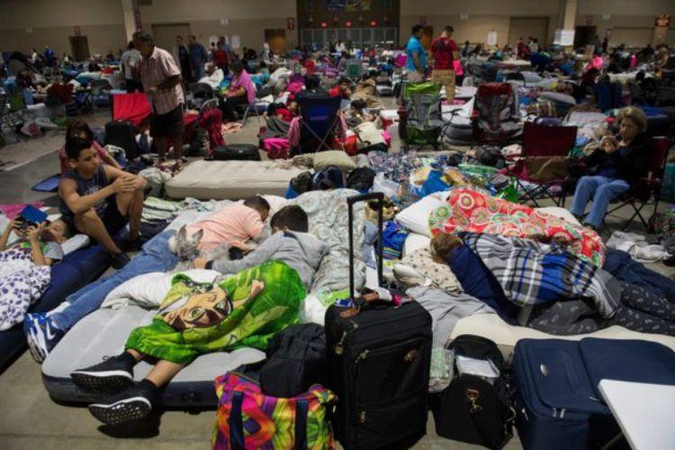Sebagian warga Miami telah mengungsi di tempat-tempat yang diperkirakan aman dari terjangan badai Irma, Jumat, 8 September 2017.