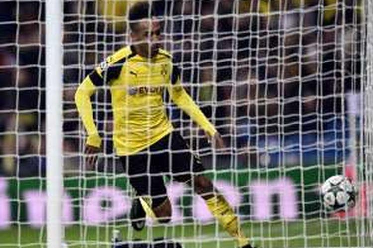 Pierre-Emerick Aubameyang mencetak gol Borussia Dortmund ke gawang Real Madrid pada partai fase grup Liga Champions di Stadion Santiago Bernabeu, Rabu (7/12/2016).