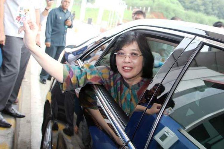 General Manager of Funding & Services Division BCA Ina Suwandi melakukan tapping di gardu Tol Cipali menggunakan Kartu Flazz