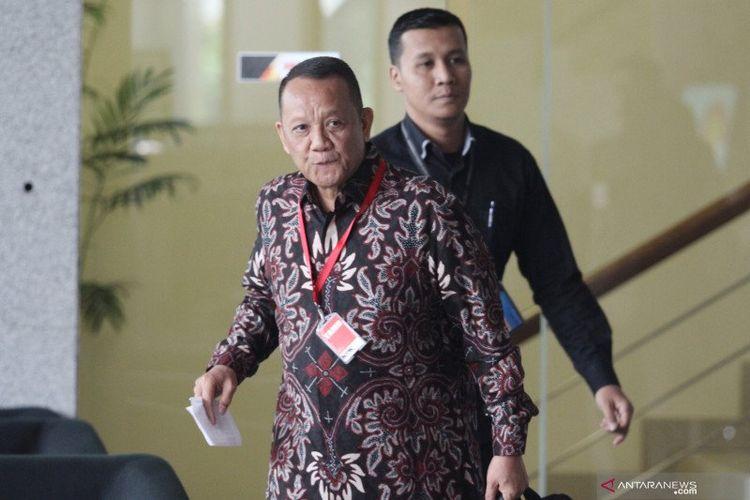 Mantan Sekretaris Mahkamah Agung Nurhadi Abdurrachman (kiri) berjalan memasuki Gedung KPK untuk menjalani pemeriksaan di Jakarta, Selasa (6/11/2018). Nurhadi Abdurrachman, diperiksa sebagai saksi untuk tersangka mantan petinggi Lippo Group Eddy Sindoro, dalam tindak pidana korupsi memberi hadiah atau janji terkait pengajuan Peninjauan Kembali (PK) pada Pengadilan Negeri Jakarta Pusat.