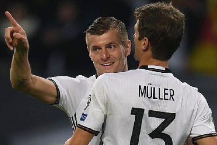Toni Kroos merayakan gol Jerman ke gawang Rep Ceko bersama Thomas Mueller pada lanjutan kualifikasi Piala Dunia 2018, Sabtu (8/10/2016).