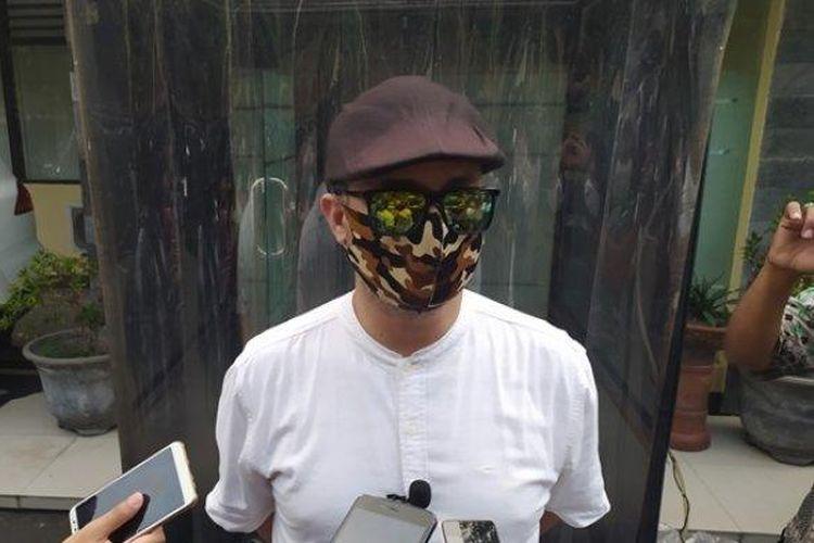 Perwakilan pihak keluarga, Memed saat berada di Mapolresta Solo guna membuat laporan kepolisian aksi pengeroyokan, Senin (10/8/2020).